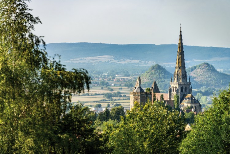 La silhouette de la cathédrale Saint-Lazare émergeant entre les deux cônes des anciens terrils de la ville : une belle image « carte postale » qui rassemble deux piliers de l'histoire autunoise, l'Église et la mine.