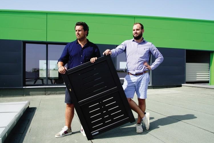 Bruno Wachowiak (à droite), le gérant d'AB Fermetures, et Yoann Michaud, en charge de la clientèle des particuliers.