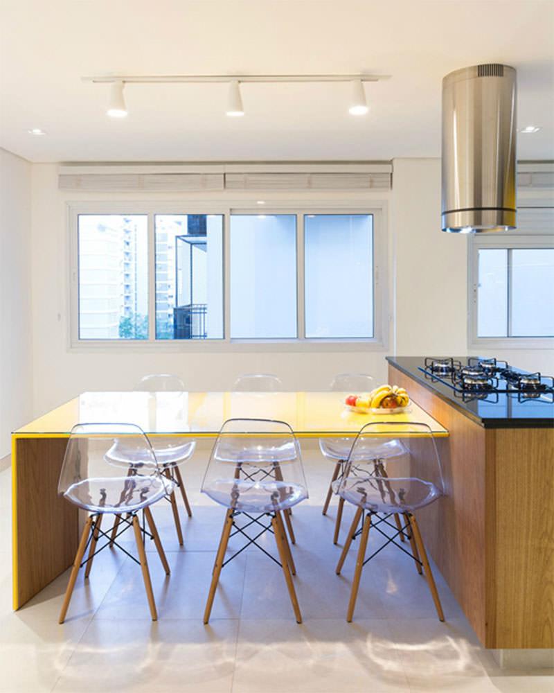 Apartamento Com Cozinha Que Explora O Contraste Do Amarelo E Preto