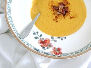 Kürbis-Suppe mit Curry und Bacon