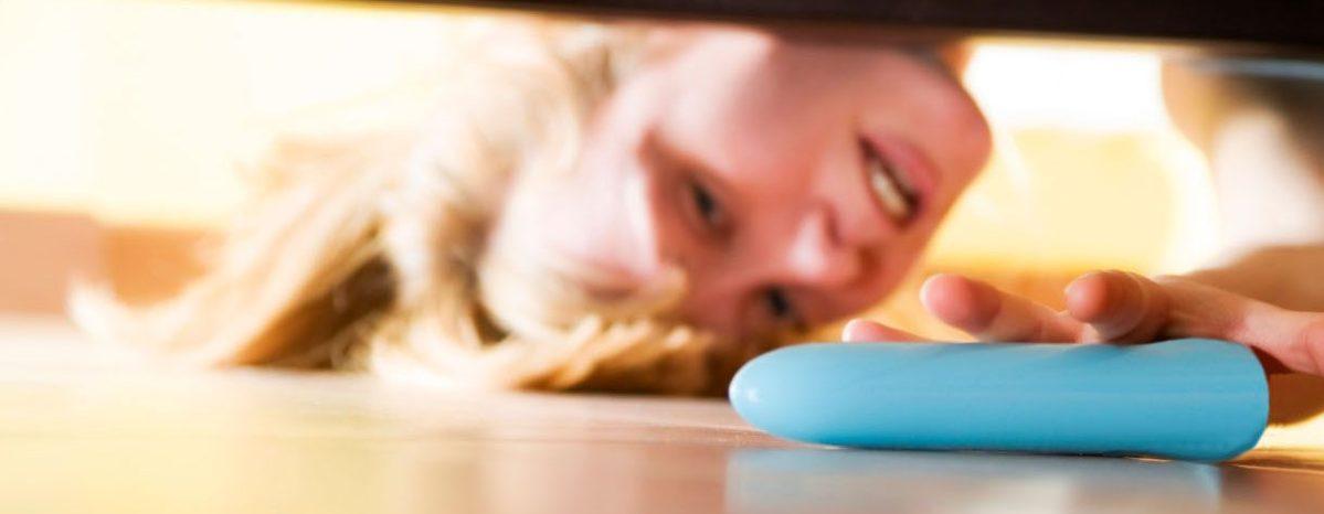 dildo onder het bed