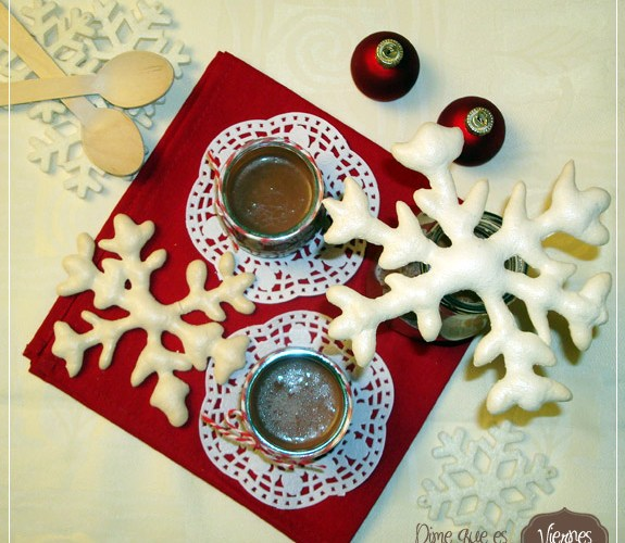 Copos de Nieve dulce con Chocolate navideño caliente
