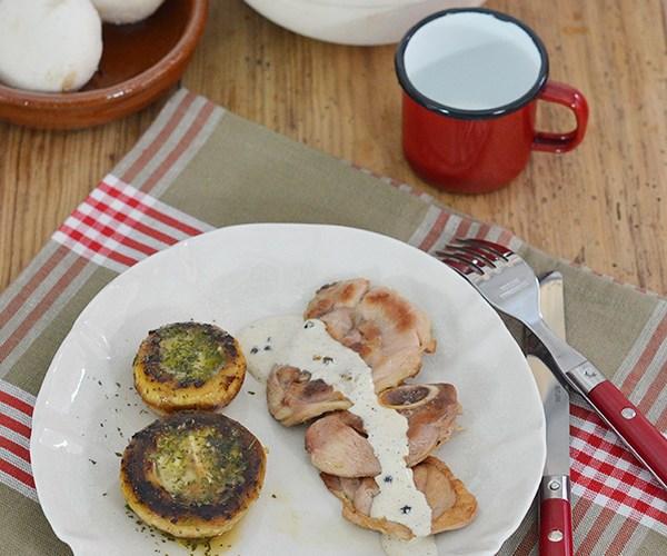 Chuletas de pavo con champiñones rellenos y salsa a la pimienta