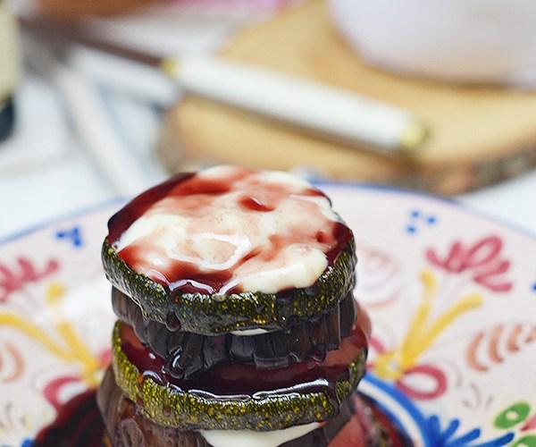 Milhojas de verduras con queso cremoso y salsa de vino tinto