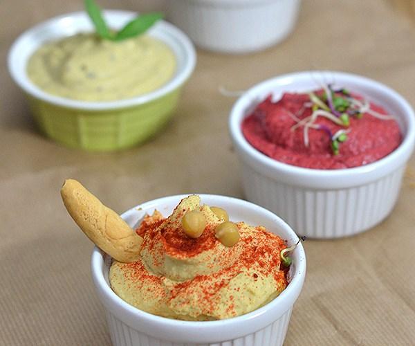 Hummus variados: clásico, de remolacha, de altramuces y de pesto