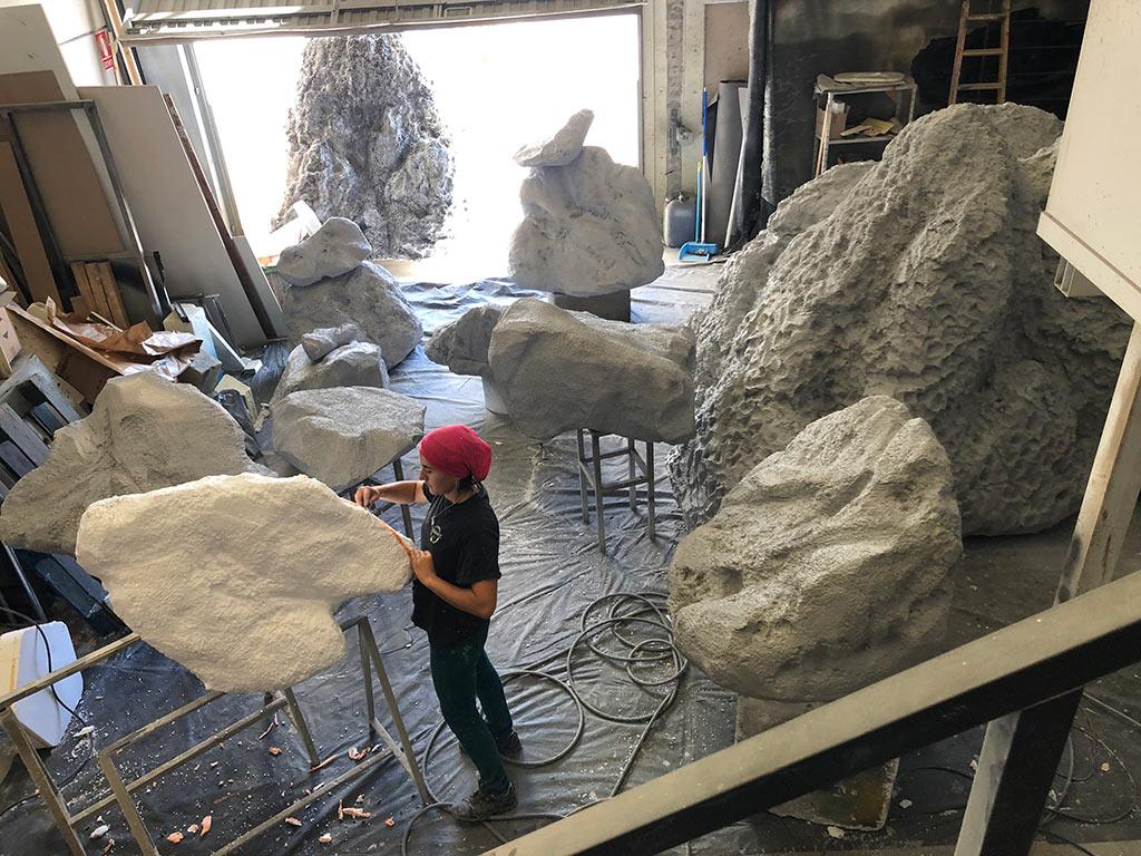 Construcción de decorados para Master Chef pintando las esculturas