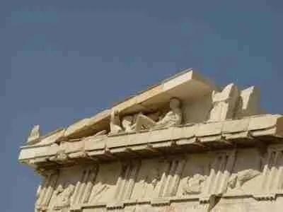 Οι περιπέτειες του Παρθενώνα. Έγινε θησαυροφυλάκιο, χριστιανικός ναός, τζαμί. Λεηλατήθηκε αλλά παραμένει αιώνιο σύμβολο.