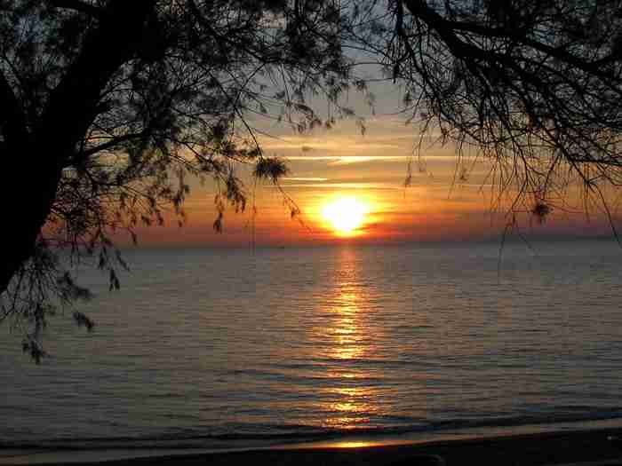 """Η """"Μύκονος της Πελοποννήσου""""! Ένα παραλιακό θέρετρο με απίστευτες αμμουδιές, πολυτελή καταλύματα & έντονη νυχτερινή ζωή!"""