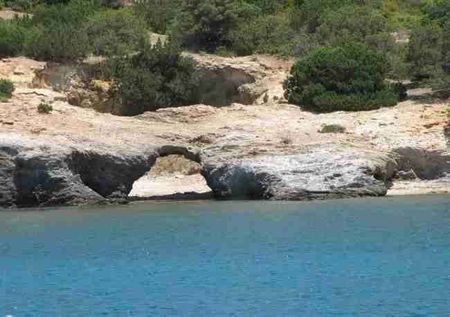 Η Καραϊβική της Ελλάδας: Aμμουδερές παραλίες, τιρκουάζ νερά και πλούσια βλάστηση μόλις μια ώρα από την Αθήνα