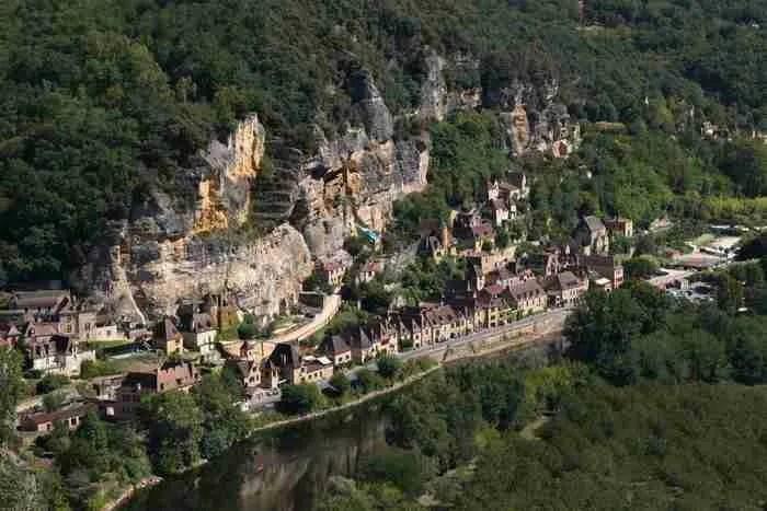 Το παραμυθένιο μεσαιωνικό χωριό που αν πάτε, δεν θα θέλετε να φύγετε!