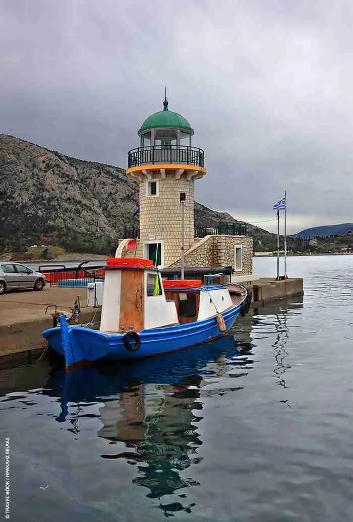 Στη σκιά του Παρνασσού υπάρχει ένα γραφικό ψαροχώρι που θυµίζει εικόνες από νορβηγικά φιορδ