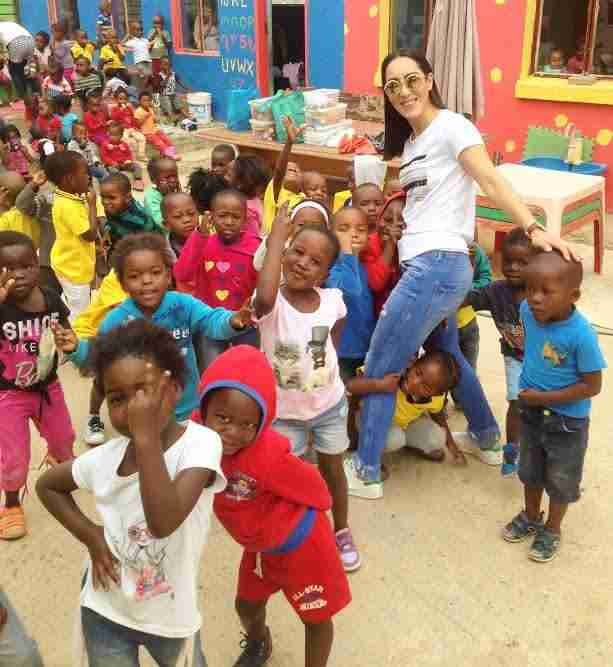 Η Κύπρια που διδάσκει εθελοντικά σε σχολεία φτωχών παιδιών της Αφρικής