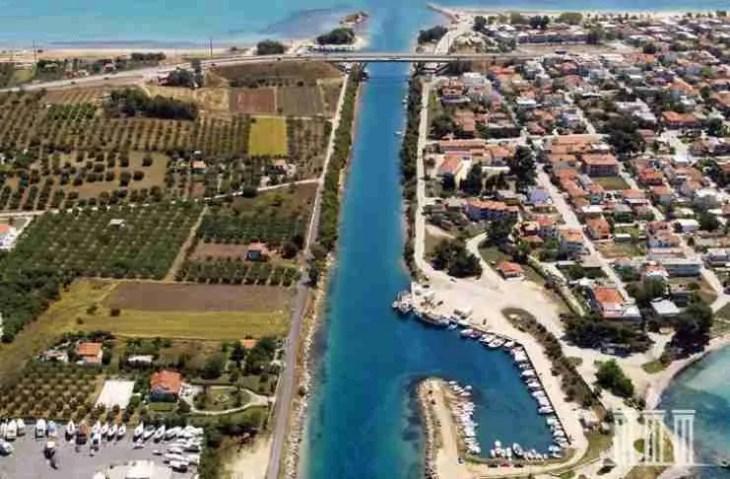 Το ωραιότερο κανάλι της Ελλάδας: Πεύκα ως τα τιρκουάζ νερά και βάρκες αγκυροβολημένες κάτω από τα σπίτια