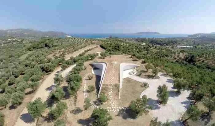 Το εξοχικό σπίτι των ονείρων μας βρίσκεται καλά καμουφλαρισμένο κάπου στην Πελοπόννησο