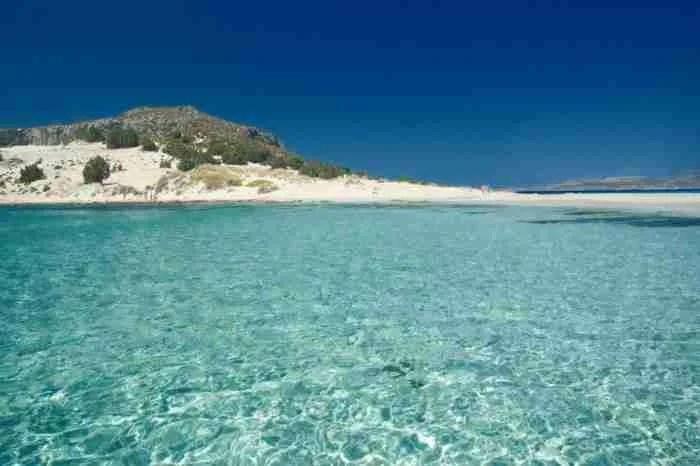 Βουτιά από το πράσινο στο γαλάζιο. Αυτές είναι 15 ωραιότερες παραλίες της Πελοποννήσου
