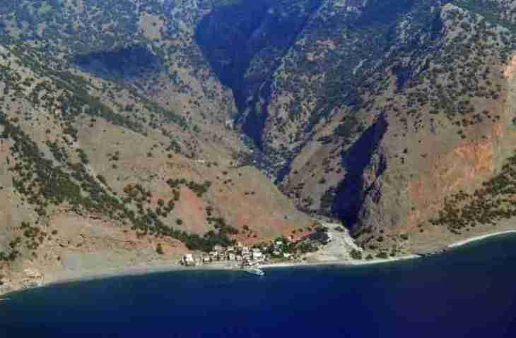 Το απομονωμένο ελληνικό χωριό που για να πας πρέπει να διασχίσεις το μακρύτερο φαράγγι της χώρας