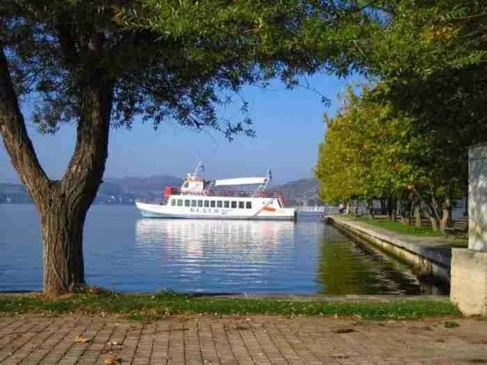 Το ελληνικό χωριουδάκι δίπλα στη λίμνη. Εικόνες που μοιάζουν σαν να ξεπετάχτηκαν από παραμύθι