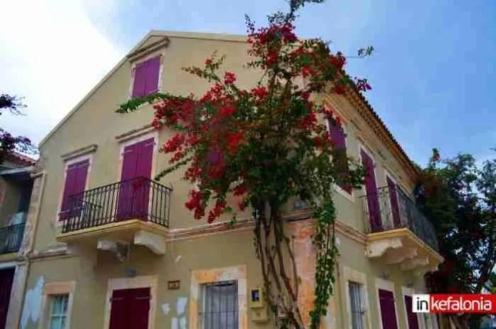 Το πολύχρωμο χωριουδάκι του Καββαδία με τις μπουκαμβίλιες και τις κατακόκκινες σκεπές
