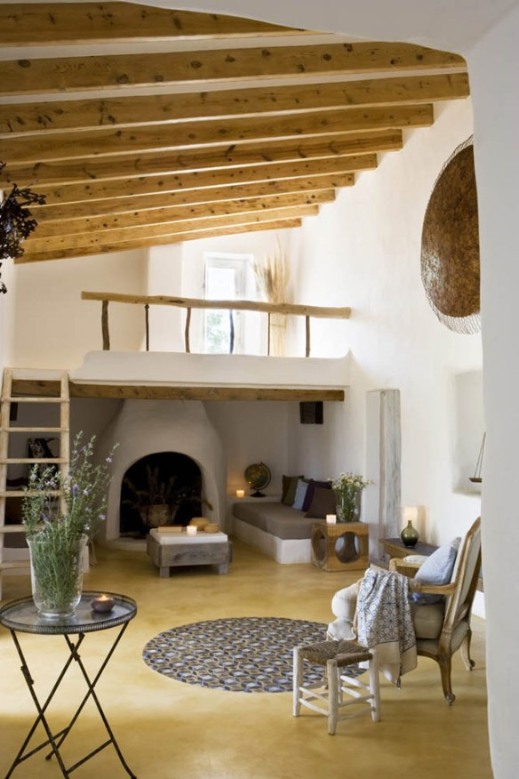 salón con chimenea en Formentera estilo mediterráneo