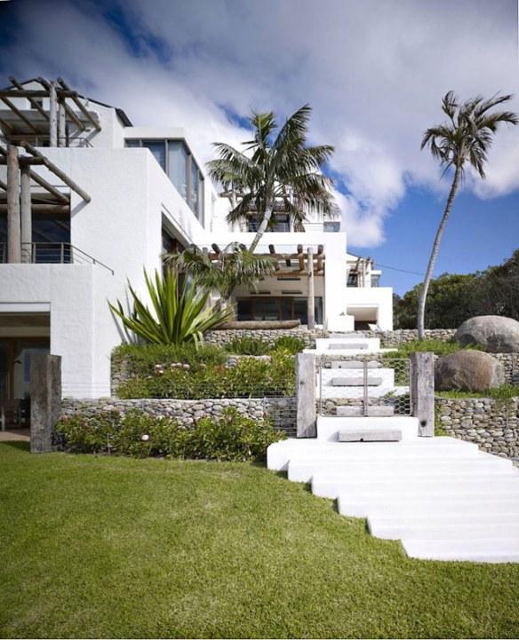 fachada en blanco y piedra natural