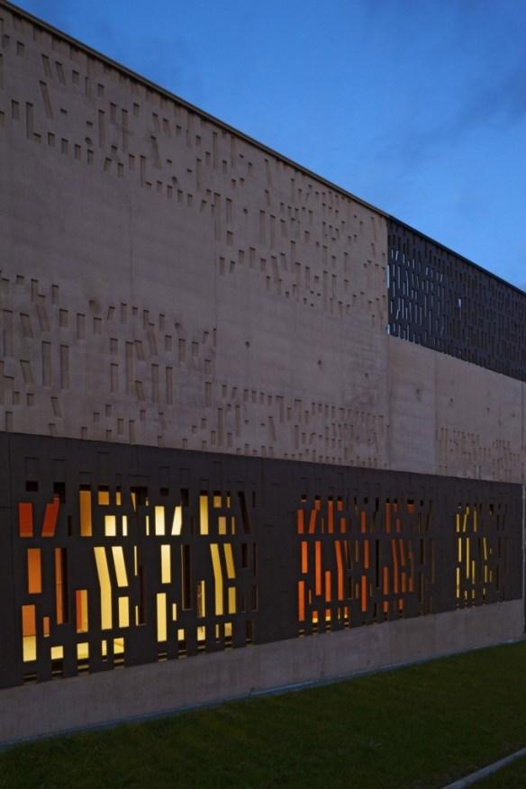 mediateca albert camus evry nueva biblioteca fachada noche