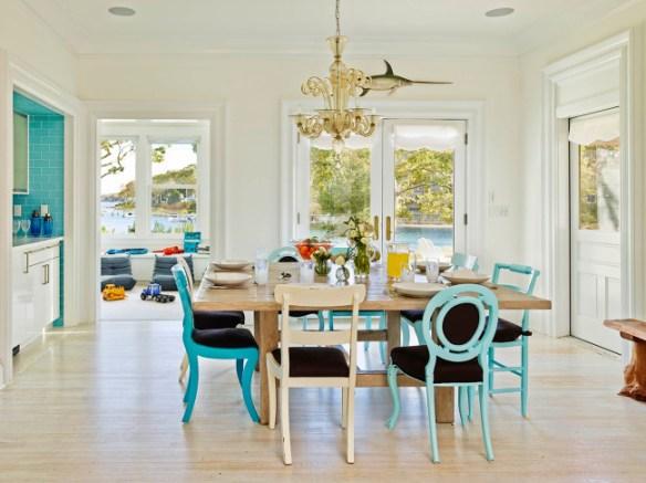 blanco salon con sillas turquesa