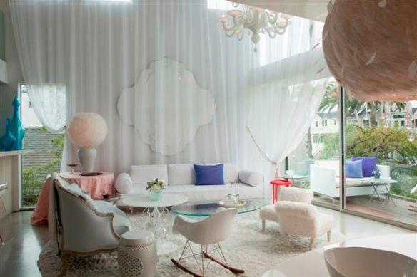 salon blanco con detalles rosas