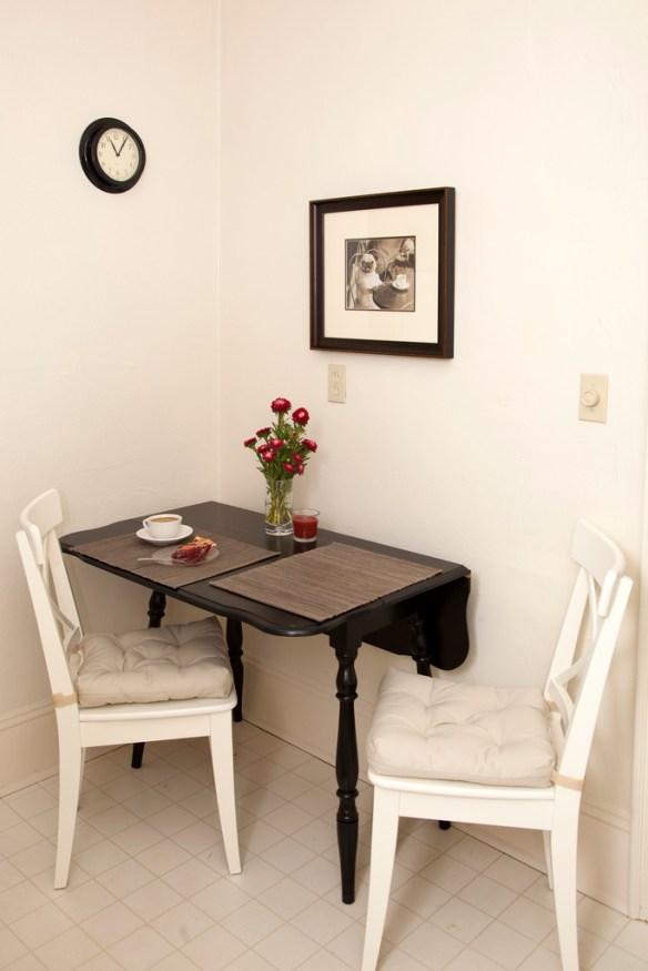 cocina con mesa negra abatible
