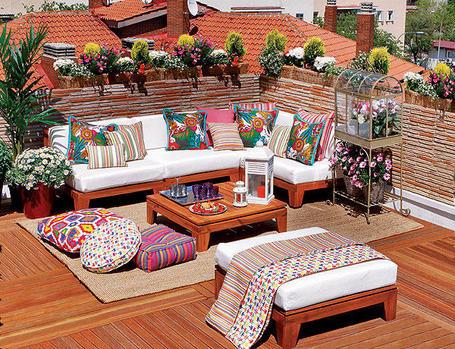 terrazas y balcones de madera con pufs