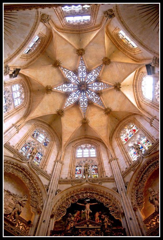 edificio cúpula con vidriera