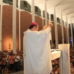 Dom José Negri, após ler a carta do Papa, apresenta ao povo na Catedral de Blumenau