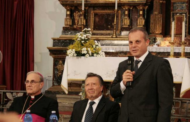 Da sinistra: il Vescovo, Filippo Patti, benefattore e il restauratore Gaetano Alagna (foto di Max Firreri)