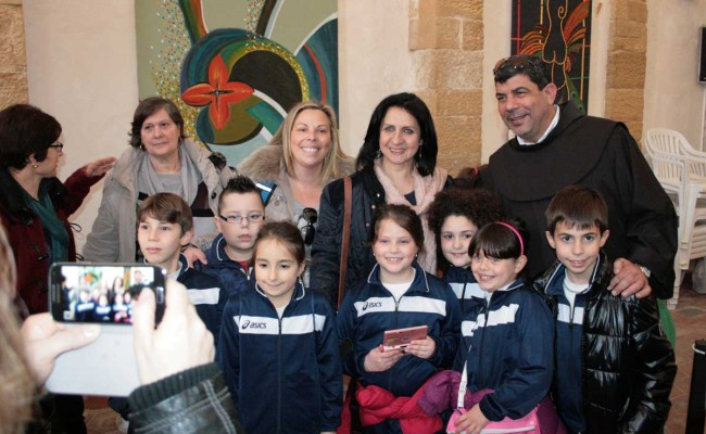 Vera Baboun insieme ad alcuni bambini delle scuole di Salemi.