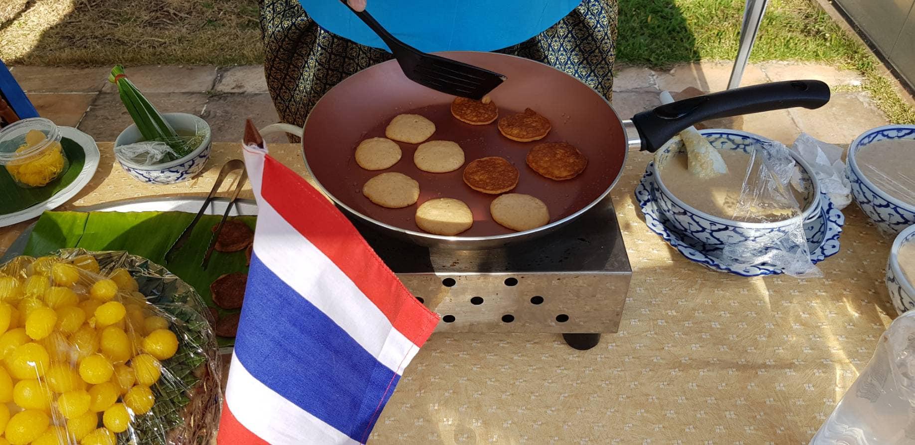 Khanom babin, sobremesa feita com coco, similar à queijadinha do Brasil