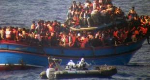Imagen de la Marina italiana ayudando a los náufragos. Foto: EFE.