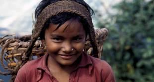 Una niña nepalí transporta productos agrícolas a lo largo de un camino montañoso de 65 km. Foto: FAO/Franco Mattioli
