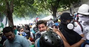 Manifestantes en La Castellana, un barrio del este de Caracas. Foto: IRIN / Helena Carpio