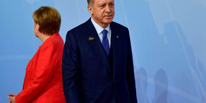 El presidente turco, Recep Tayyip Erdogan, junto a la canciller alemana, Angela Merkel. TOBIAS SCHWARZ AFP
