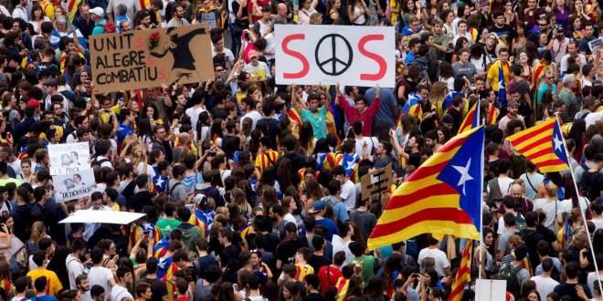 Manifestación de estudiantes en la plaza de Catalunya de Barcelona, esta semana, en protesta por la violencia policial. Quique García EFE