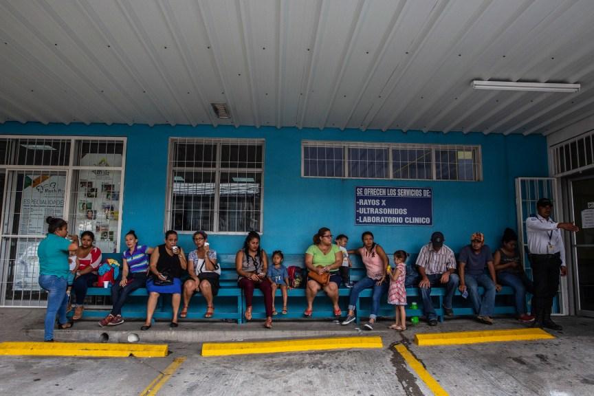 Todas las mañanas temprano, los pacientes esperan que los atiendan. (Foto de Francesca Volpi para Direct Relief)