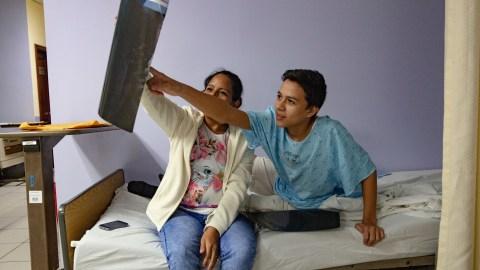 Un paciente y su madre observan los resultados de una ecografía antes de la operación al día siguiente. (Foto de Francesca Volpi para Direct Relief)