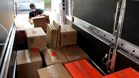 Medical supplies arrive at Santa Rosa Community Health Center during the Kincade Fire. Health center staff provided medical care in local shelters for evacuees. (Lara Cooper/Direct Relief)