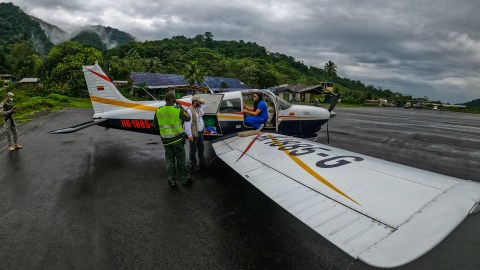 Volunteers and medical workers unload Covid-19 supplies in rural Colombia. (Photo courtesy of PAC)