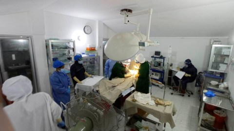 Obstetric staff at HOPE Hospital perform a surgery. (Photo courtesy of HOPE Foundation for Women and Children of Bangladesh)