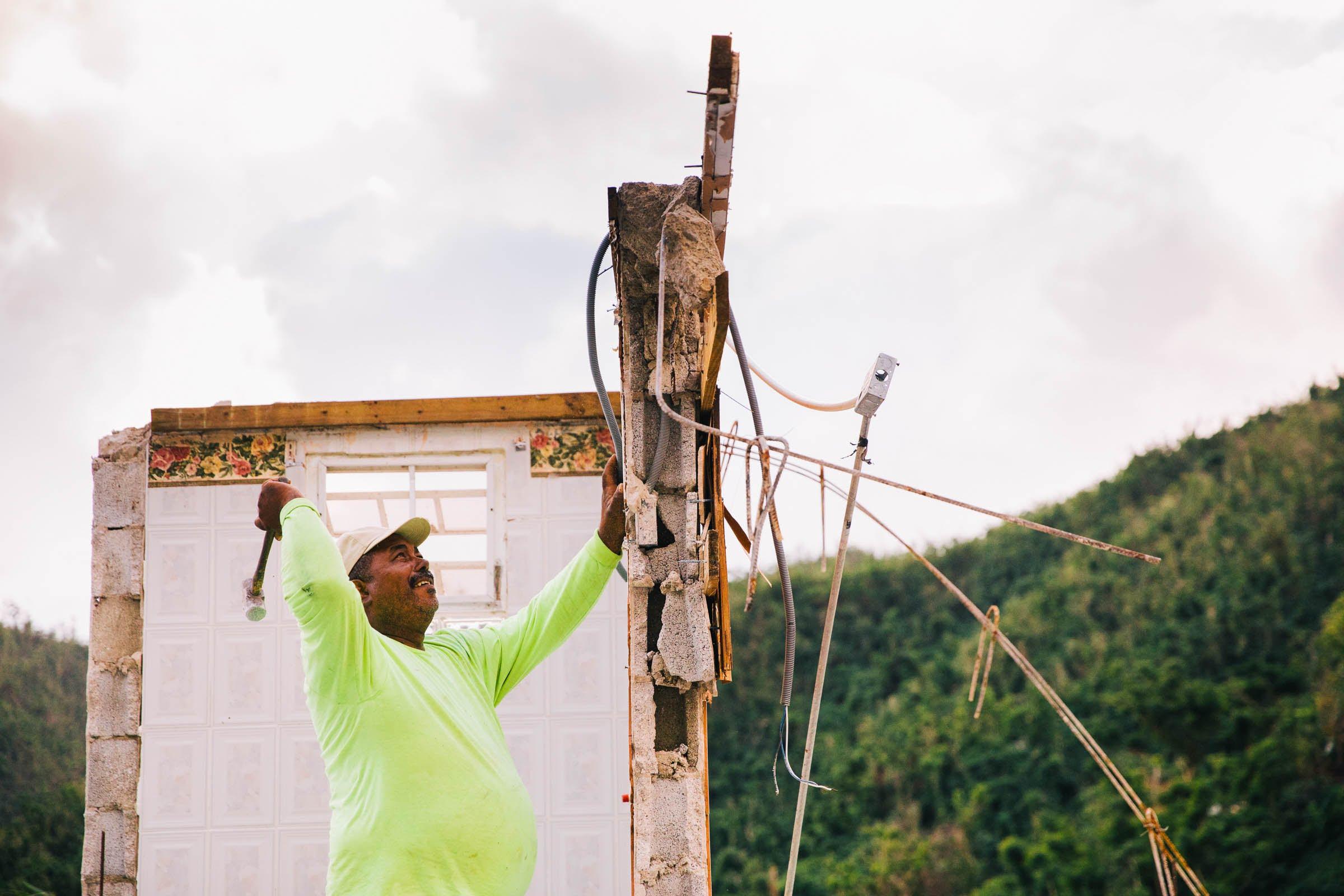 Pedro Luis Ortiz construyó su casa en Arroyo, Puerto Rico, hace 27 años. El 18 de diciembre de 2017, Ortiz y su familia derribaron lo que quedaba del segundo piso después de que el huracán María tocara tierra en el valle circundante. (Foto de Donnie Hedden para Direct Relief)