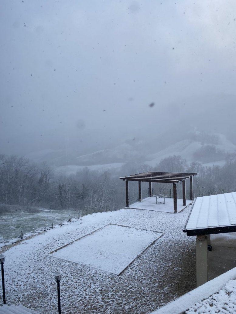 L'Italia si risveglia con la neve: la primavera cede il posto all'inverno