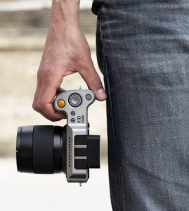 Hasselblad-X1D_Lifestyle_InHand