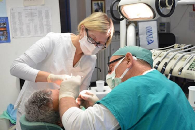 Un dentista che cura gratis i poveri