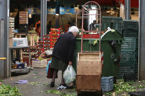https://i0.wp.com/www.dirittodicritica.com/wp-content/uploads/2011/10/allarme-poverta11.jpg
