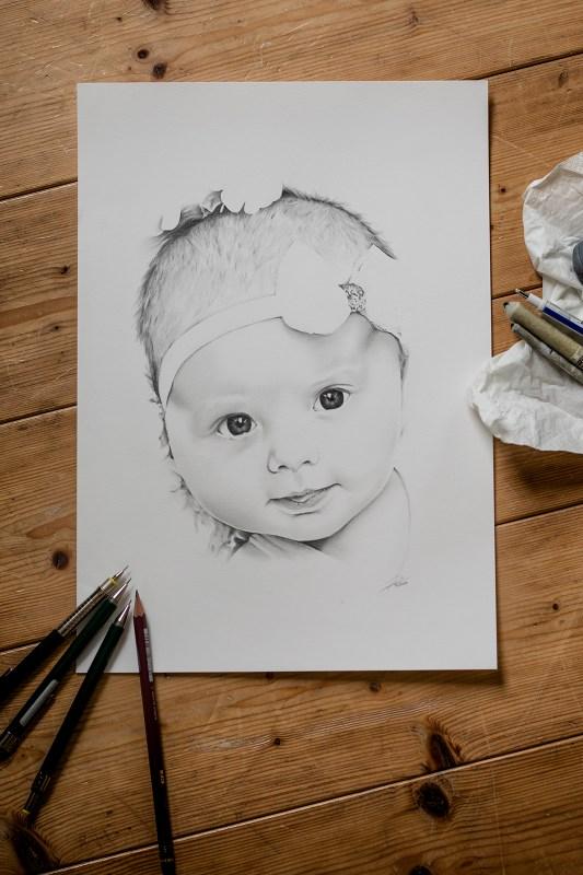 fertige Bleistiftzeichnung einer Auftragszeichnung (Baby Portrait) - Grundlage des Zeitraffer Videos